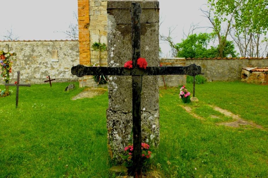 Questa croce porta i segni dei colpi esplosi dai tedeschi verso il basso, per essere sicuri di colpire anche i bambini.